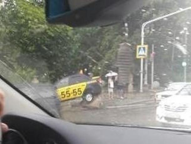 Машина такси неожиданно «налетела» на бетонные блоки в Железноводске