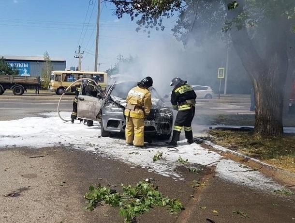 Пассажира сгоревшего «БМВ-Х6» увезли в реанимацию в Ставрополе