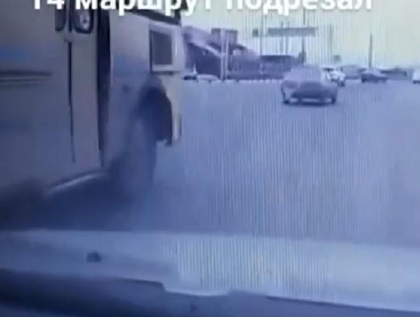 Маршрутный автобус нагло «подрезал» автомобиль во время активного дорожного движения в Ставрополе