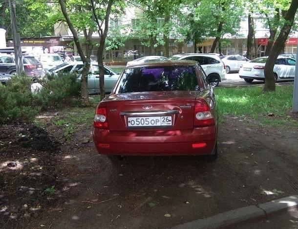 «Превращают город в скотный двор!»: автохам бросил «Приору» на газоне в центре Ставрополя