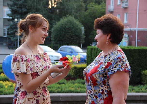 Ставропольчанки дарили цветы прохожим на флешмобе женственности