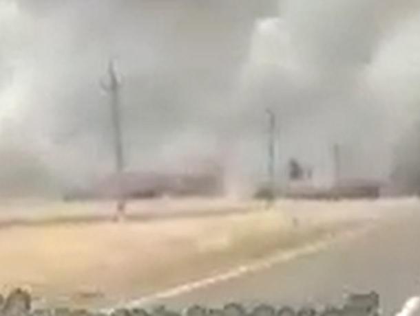 Огромный пожар на пшеничном поле разгорелся в Ставропольском крае
