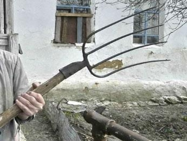 Гражданин Ессентуков без причины разбил автомобиль