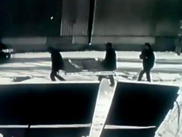 Кража металлических ворот в Ессентуках попала на видео