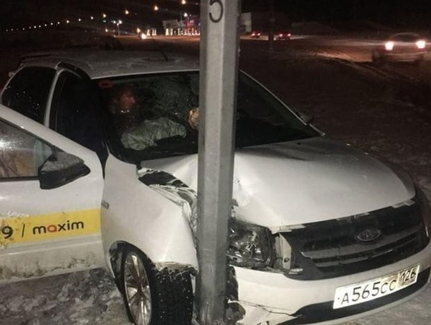 ВСтаврополе таксист врезался встолб и убежал, бросив пассажира