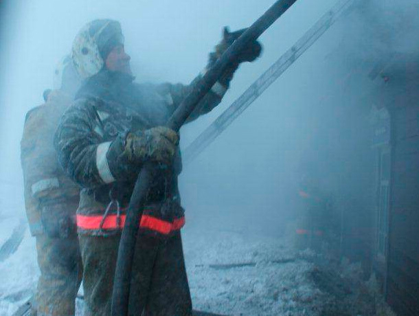 Пять человек пострадало при пожаре на заводе в Новопавловске
