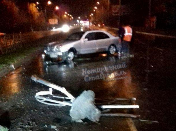 Мужчина на иномарке снес ограждение на перекрестке в Ставрополе