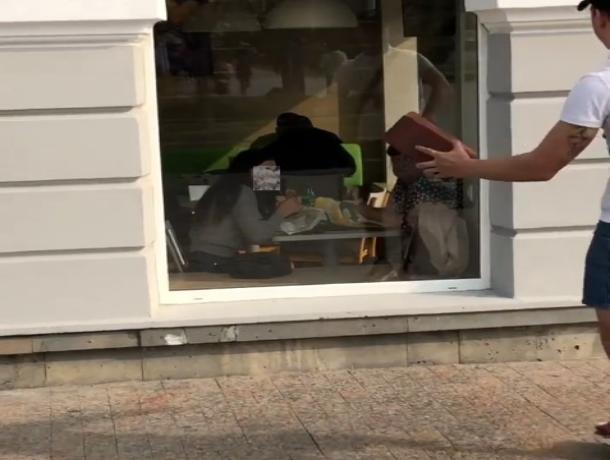 В Ставрополе блогер пугал людей, кидая в окна кирпич