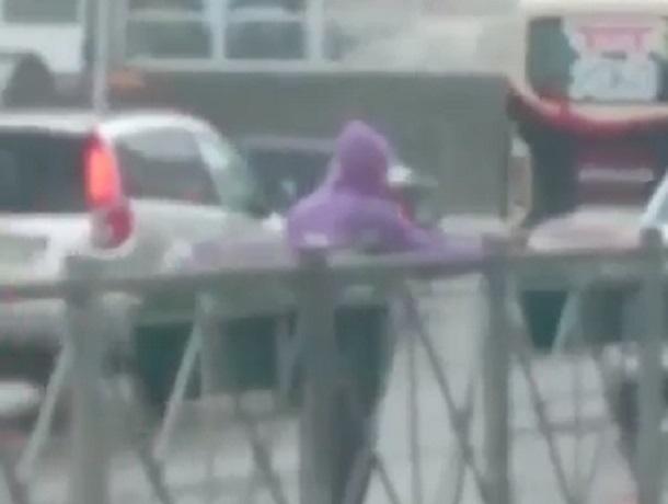 «Это Кисловодск, детка»: работник поливал городские клумбы в ливень и попал на видео