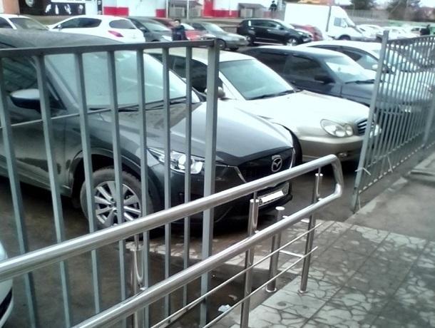 «Паркуюсь, как хочу»: автохам на «Мазде» перекрыл проход для инвалидов в Ставрополе