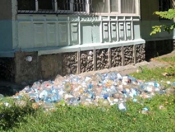 «Пластиковую свалку» устроили жители одного из домов Ставрополя под окнами своих соседей