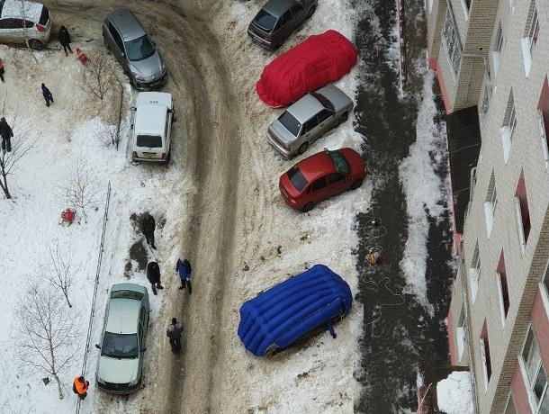 Оригинальные способы уберечь свои авто от падающего снега изобретают водители Ставрополя