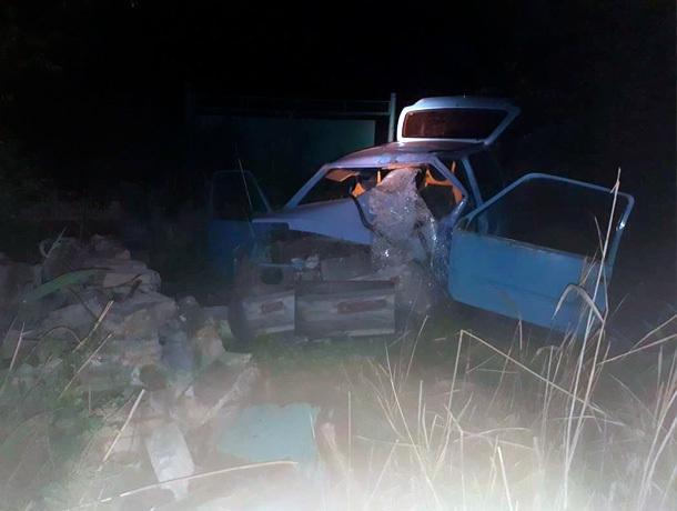 Автомобиль протаранил стену здания на Ставрополье - водитель погиб