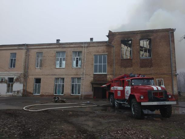 На Ставрополье загорелось здание школы