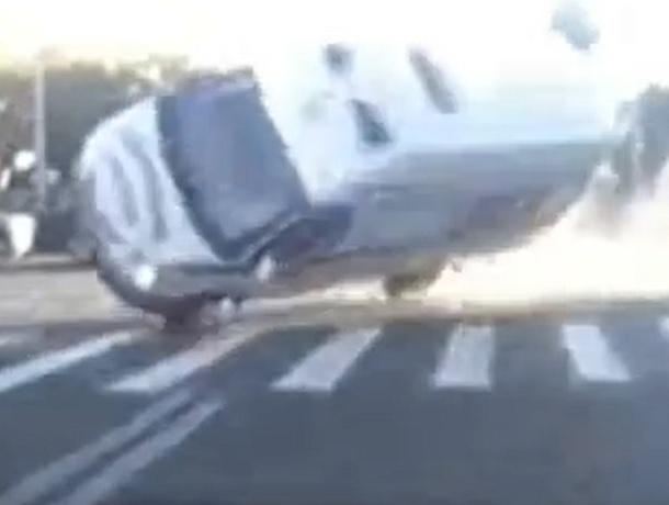 Появились шокирующие кадры ДТП с участием кареты скорой помощи в Ставрополе
