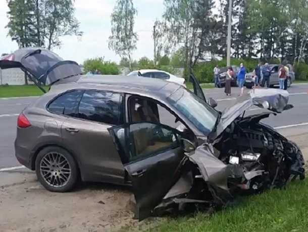 НаСтаврополье вДТП умер шофёр на Порш Cayenne