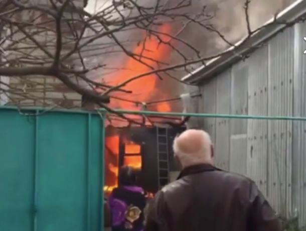 На улице Севрюкова в Ставрополе загорелся дом