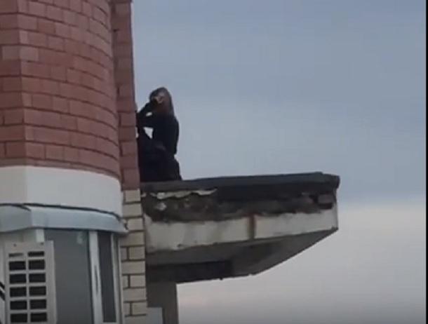 Девочки-подростки делали опасные селфи на крыше балкона на 15 этаже в Ставрополе