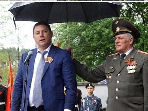 «Хорошо не ветеран над ним зонтик держит»: мэру Кисловодска привели в пример Путина во время дождя на День Победы