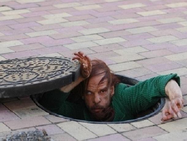 Бездомный мужчина провалился в канализационный люк в Ставропольском крае