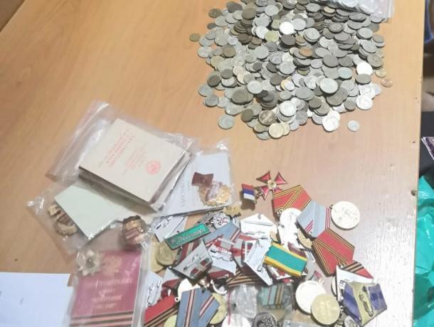 На Ставрополье поймали укравшего коллекцию монет и медалей на 120 тысяч рублей мужчину
