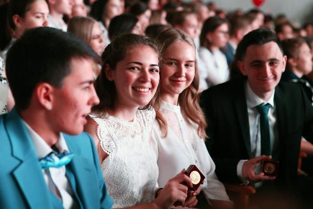 Ставропольским выпускникам вручили 306 золотых и серебряных медалей