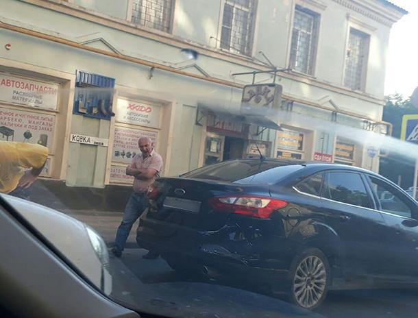 Столкновение «Форда» с микроавтобусом спровоцировало большую пробку в центре Ставрополя