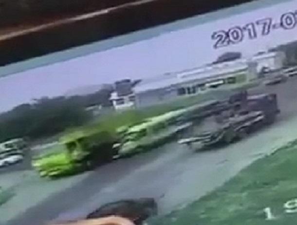 Жуткое видео столкновения пассажирской маршрутки с грузовиком появилось в сети - мусоровоз переехал погибших