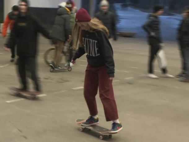 Подросток практиковал трюки на скейте в торговом центре Ставрополя