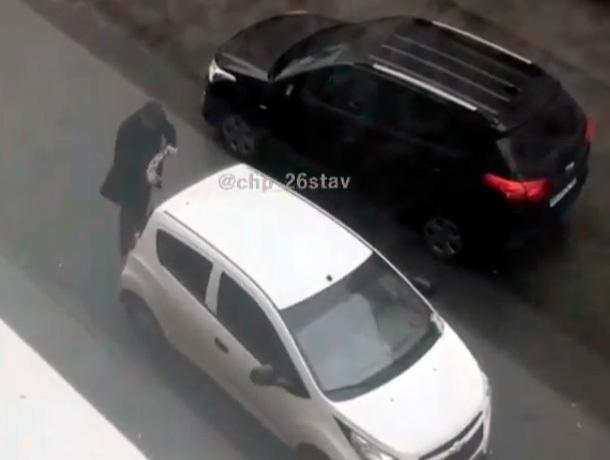 Неадекватное поведение мужчины сняли на видео в Ставрополе