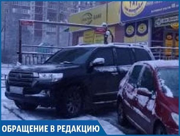 «Бог парковки» «бросил» свой внедорожник поперек тротуара в Ставрополе
