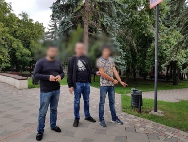 Двое молодых людей отобрали телефон у подростка прямо в центре Пятигорска