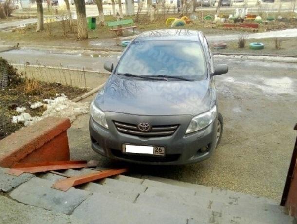«Бог парковки» бросил авто прямо перед пандусом в Ставрополе