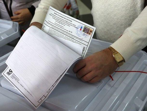 Молодой мужчина попытался вбросить пачку бюллетеней в урну на избирательном участке в КЧР