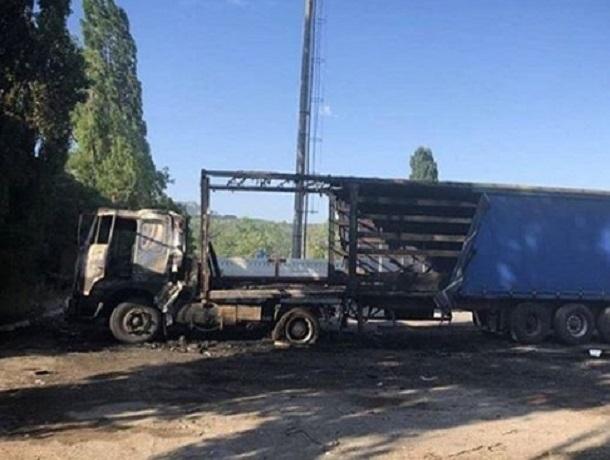 Беспощадный огонь практически полностью уничтожил фуру на Ставрополье