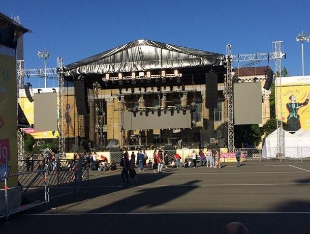 Фанаты занимают места перед сценой за два часа до концерта Би-2 в Ставрополе