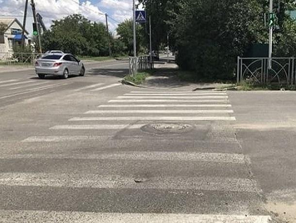 О проваливающемся асфальте на перекрестке в Ставрополе предупредили водители