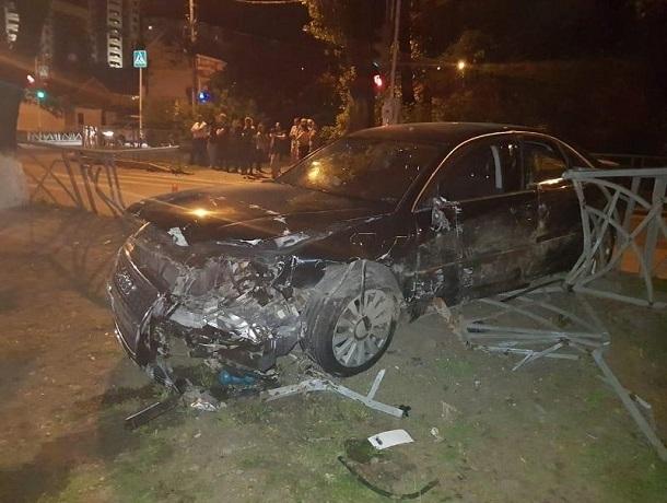 Ауди-8 врезалась в Мазду и снесла ограду в центре Ставрополя- три человека пострадали