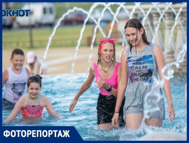 Ставропольцы спасаются от жары в фонтанах
