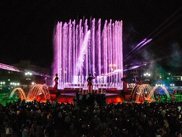Яркое лазерное шоу от «ЮСИ» прошло на новом фонтане «Россия» на Владимирской площади в Ставрополе