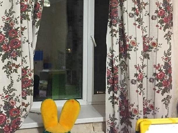 Появились фотографии квартиры и окна, откуда выпал двухлетний мальчик в Ставрополе