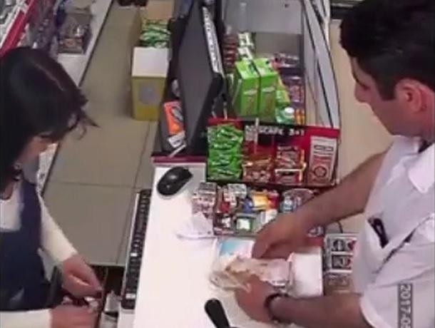 Фокус покупателя-мошенника с тысячной купюрой в Ставрополе и Ростове попал на видео