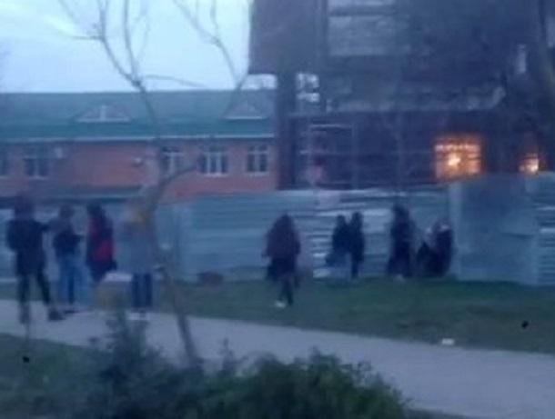 Зверское избиение девочки-подростка толпой школьниц попало на видео в Буденновске