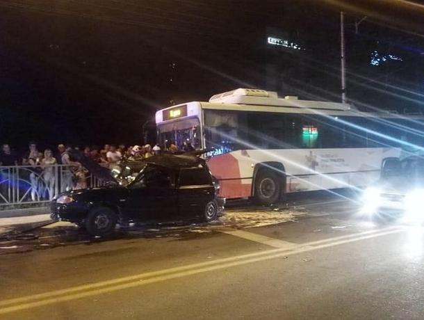 Машина скорой помощи и троллейбус столкнулись в Ставрополе