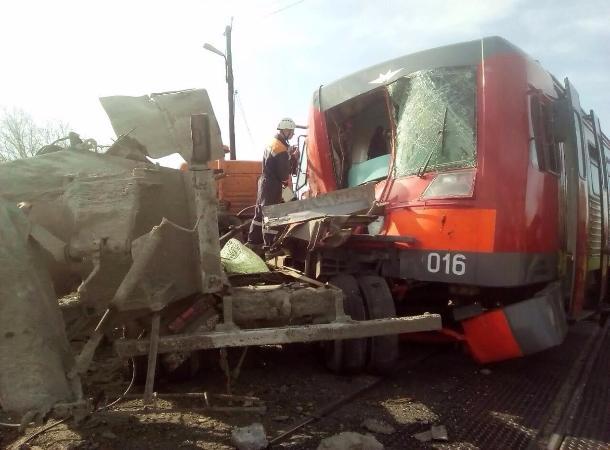 Электричка сошла срельсов после столкновения с грузовым автомобилем наСтаврополье