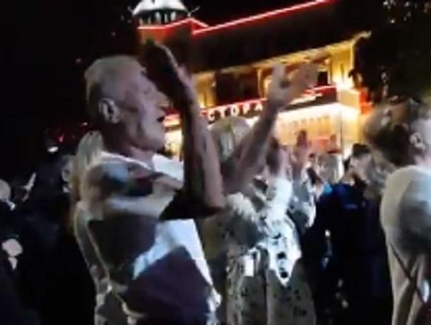 Мужчина без стеснения «зажег» под скрипку на концерте и попал на видео в Кисловодске