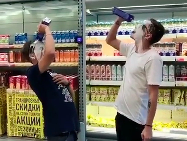 Наглые подростки обливались молоком в супермаркете и попали на видео на Ставрополье