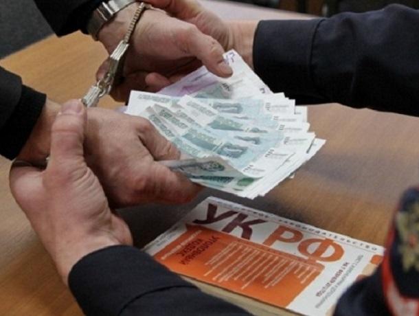За возможность выехать за границу мужчина готов был заплатить приставу 5 тысяч рублей на Ставрополье