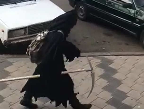 «Загуляла»: разгуливающая по городу «Смерть» с косой рассмешила жителей Пятигорска