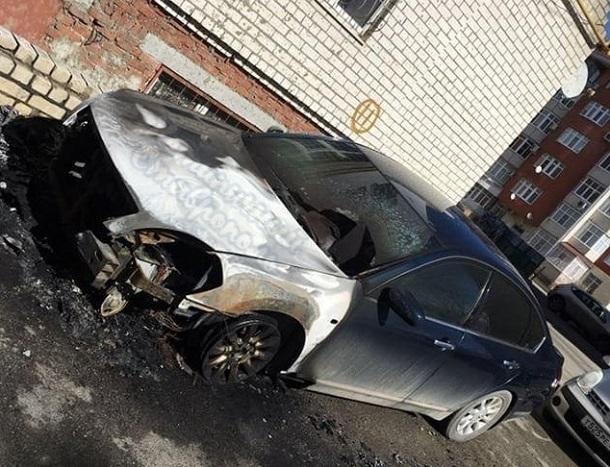 Припаркованный у многоэтажки «Ниссан» сожгли ночью в Ставрополе